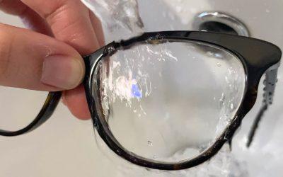 Lava i tuoi occhiali con acqua e sapone!