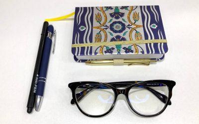 Poggia i tuoi occhiali con le lenti rivolte verso l'alto!